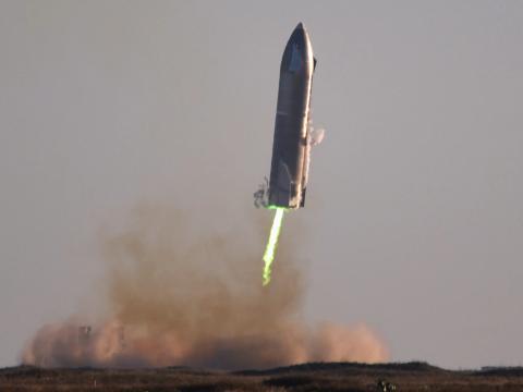 El prototipo de nave estelar SN8 de SpaceX intenta aterrizar en las instalaciones de desarrollo de la compañía en Boca Chica, Texas, el 9 de diciembre de 2020.