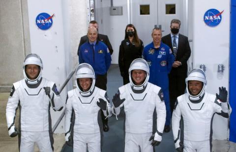 La tripulación de la misión Crew-2, momentos antes de despegar.