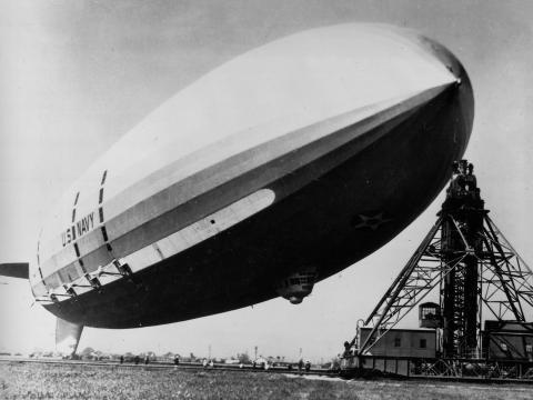 El dirigible USS Macon, de 240 metros de largo, flotando en su punto de amarre en Moffett Field en febrero de 1935.