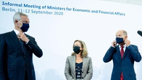 La vicepresidenta económica española, Nadia Calviño, entre los ministros de Finanzas de Francia, Bruno Le Maire, y de Alemania, Olaf Scholz