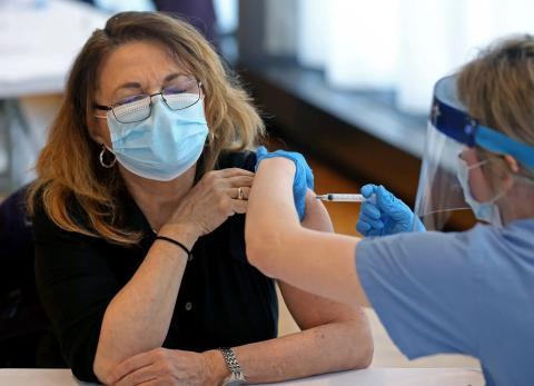 Una mujer recibe la vacuna contra el nuevo coronavirus de Moderna.