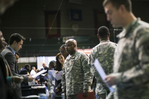 Un soldado habla con un reclutador durante una feria de empleo militar en Estados Unidos.
