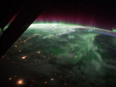 La aurora boreal sobre Canadá se avista desde la estación espacial, cerca del punto más alto de su trayectoria orbital, el 15 de septiembre de 2017.