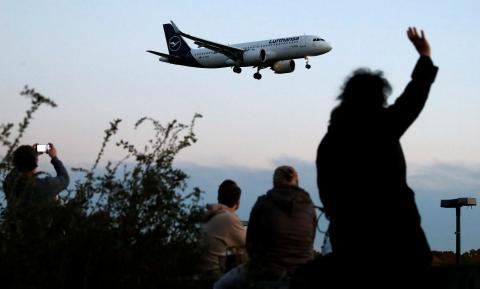 avión volando Lufthansa