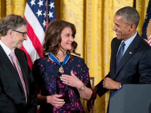 Barack Obama le entrega la Medalla a Melinda Gates.