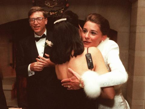 Bill y Melinda saludan a los invitados en una recepción en una finca privada en Seattle, el 9 de enero de 1994. La pareja se casó en Hawái la semana anterior.