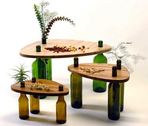 Botella de vino como patas de una mesa