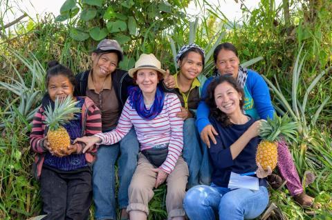Dra. Carmen Hijosa (centro) y Cecilia Martinez-Miranda (abajo a la derecha) con el equipo de recolectoras de hojas en la Cooperativa T'Boli, Filipinas.