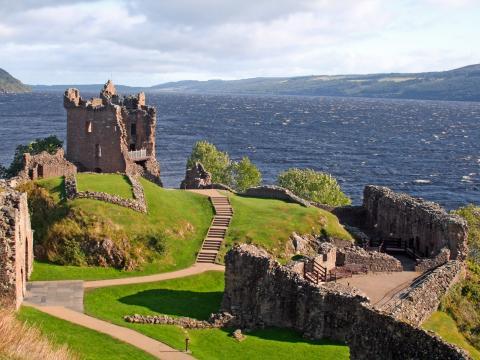 Castillo de Urquhart, Escocia, con vistas al Lago Ness.
