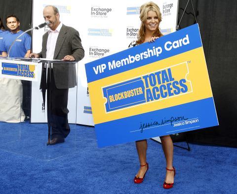 El CEO de Blockbuster, John Antioco, con la actriz Jessica Simpson (Reuters)