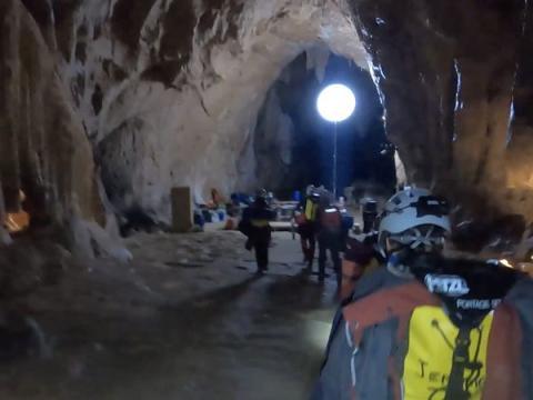 Un globo ilumina la sala principal donde vivía la gente en la cueva.