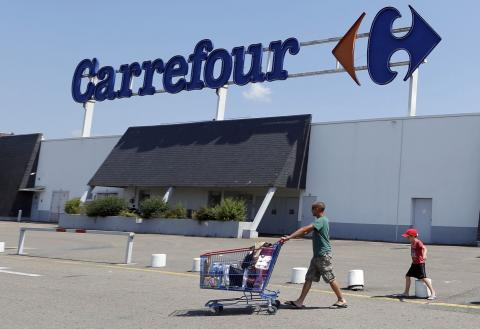 Un cliente sale de un supermercado de Carrefour