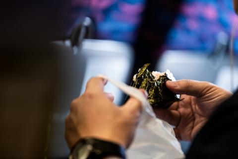 Comer algas.