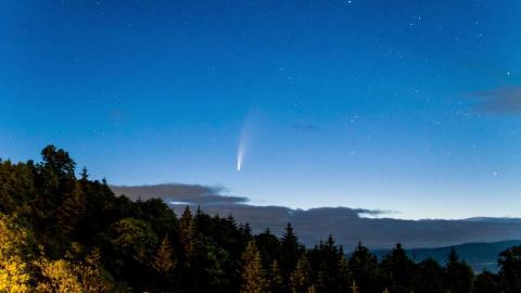 El cometa Neowise aparece en el cielo de Nayoro, Hokkaido, Japón, el 11 de julio de 2020.