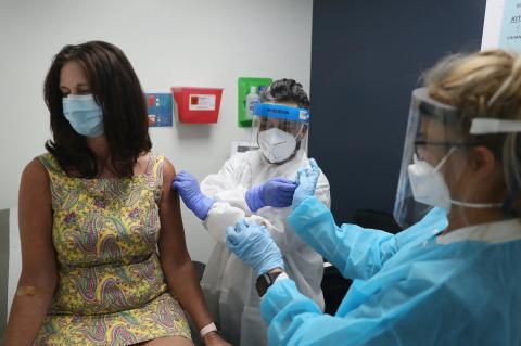 Lisa Taylor recibe la vacuna COVID-19 en Hollywood, Florida, Estados Unidos, el 7 de agosto de 2020.