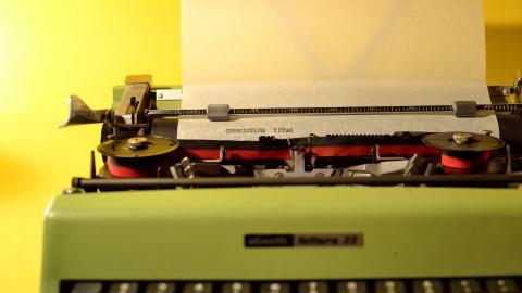 Un currículum escrito por una máquina de escribir.