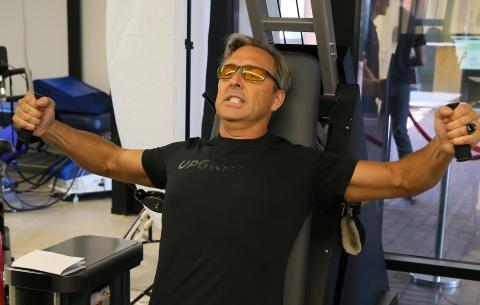 El fundador de Bulletproof, Dave Asprey, dijo que probó la estimulación eléctrica transcraneal para inducir el sueño profundo.