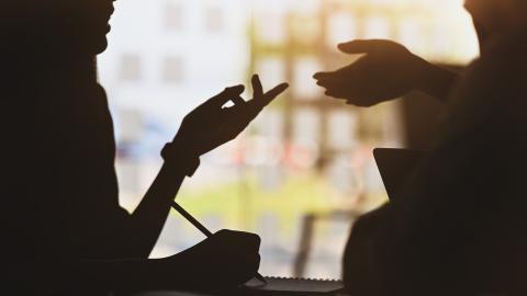 Discusión amable entre compañeros de trabajo