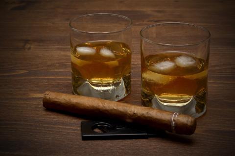 Dos vasos de whisky y un puro.