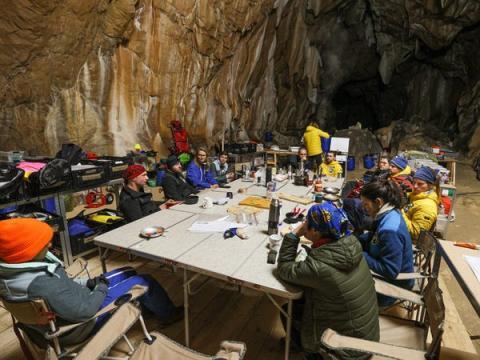 El equipo en la zona común de la cueva.