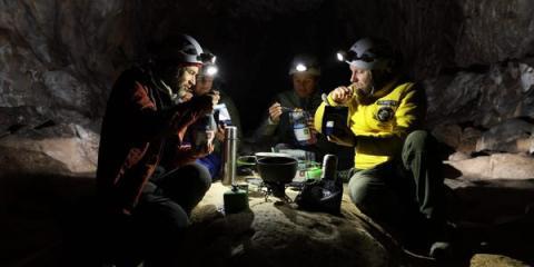 Los equipos que trabajaban juntos a menudo comían juntos.