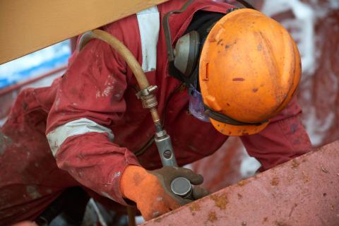 Un hombre trabaja en un barco.