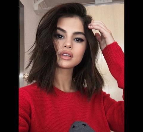 """Selena Gómez aquí presente ha sido """"manipulada"""". Fíjate en la curva que se crea en el marco de la puerta a la izquierda."""