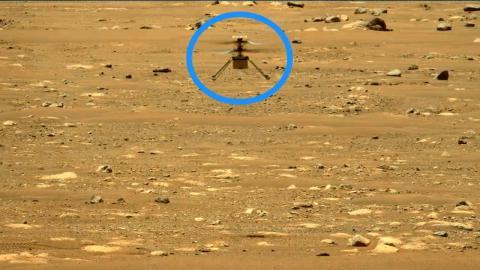 El rover Perseverance capturó una foto de Ingenuity en el aire durante su segundo vuelo el 22 de abril de 2021.