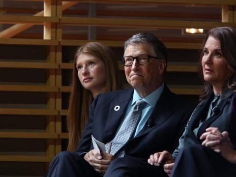 (De izquierda a derecha) Jennifer Gates y sus padres, Bill y Melinda Gates, escuchan al ex presidente de Estados Unidos, Barack Obama, en el evento inaugural de porteros de la Fundación Gates el 20 de septiembre de 2017 en Nueva York.