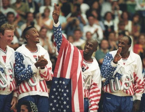 Jordan, que tenía un contrato con Nike, tapó con la bandera de Estados Unidos el logo de Reebok en la entrega de medallas de Barcelona 92. En 2005, Adidas compró Reebok (Reuters)