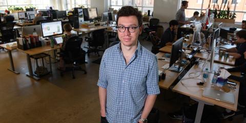 Luis von Ahn en las oficinas de Duolingo