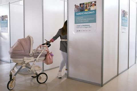 Una madre espera su turno para ser vacunada