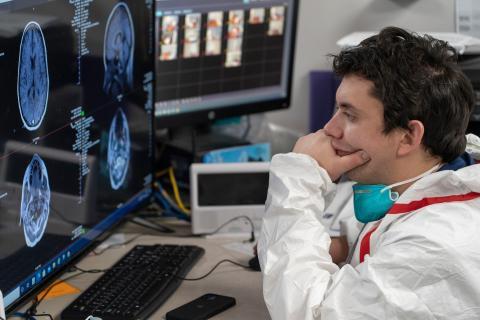 Un médico repasa un escáner cerebral