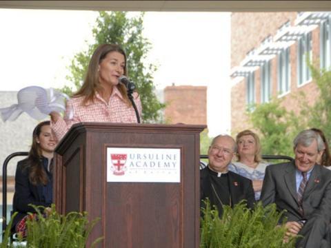 Melinda Gates visita a estudiantes de tercer grado en la Escuela Solar para Niñas en Dallas, el 3 de mayo de 2019.