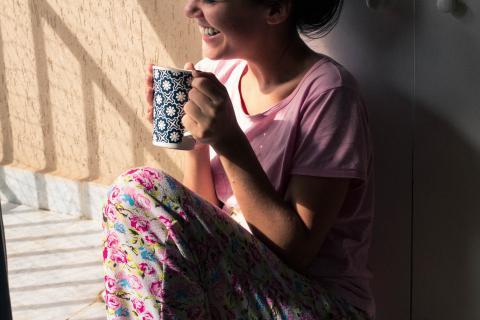 mujer bebiendo, tomando café, infusión
