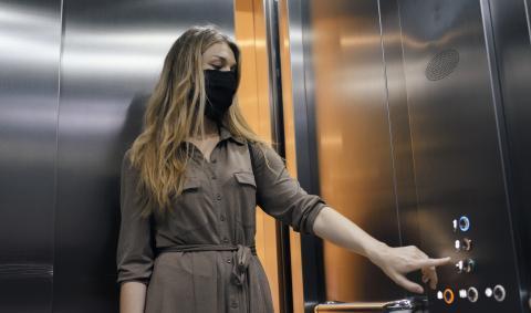 Una mujer coge el ascensor.