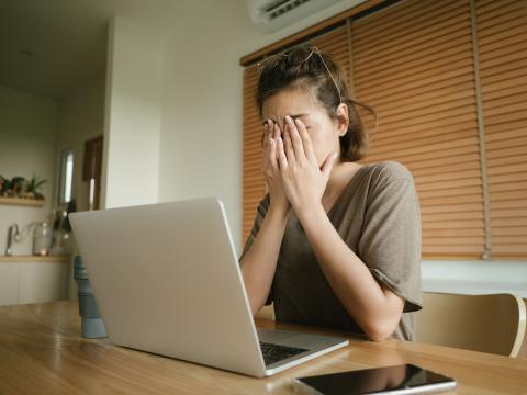 Mujer estresada delante del ordenador