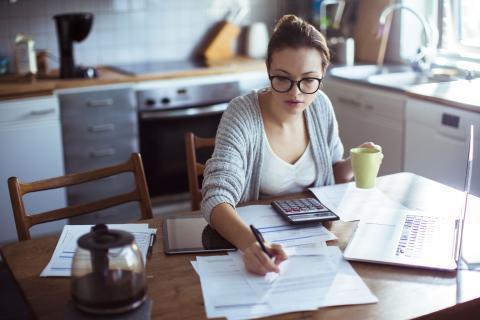 Una mujer joven revisa las facturas