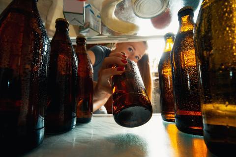 Una mujer saca una cerveza fría de la nevera (gettyimages)