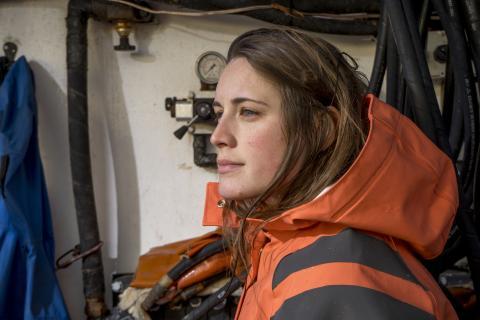 Una mujer trabaja en un barco.