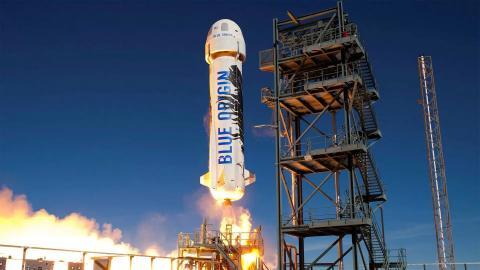 El cohete suborbital reutilizable New Shepard se lanza hacia el espacio en 2016.