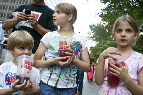 niños tomando refrescos