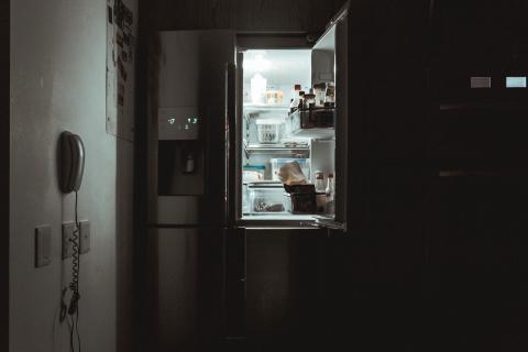 No dejar la nevera abierta es uno de los consejos para que el frigorífico consuma menos (Unsplash)