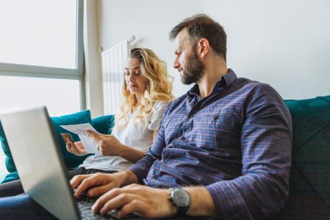 Una pareja revisa sus cuentas y sus facturas.