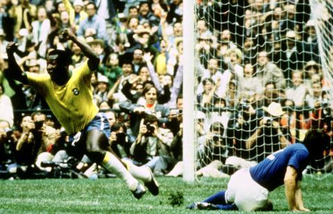 Pelé, con sus botas Puma, celebra un gol en la final de Mundial de México 70 frente a Italia (Reuters)