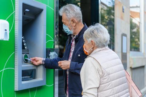 Pensionistas sacando dinero del cajero