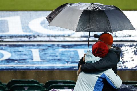 personas abrazo paraguas lluvia