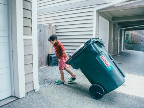Las personas que colaboran más en las tareas domésticas de niños tienen más éxito profesional.