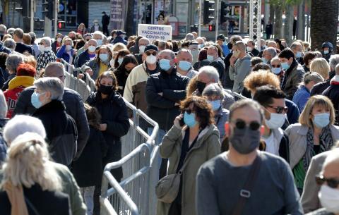 Personas esperando para ser vacunadas.