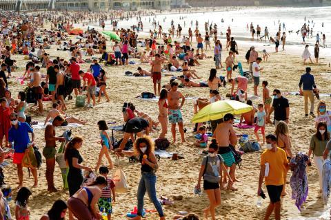 Personas en la playa de La Concha en San Sebastián, el 31 de marzo de 2021.